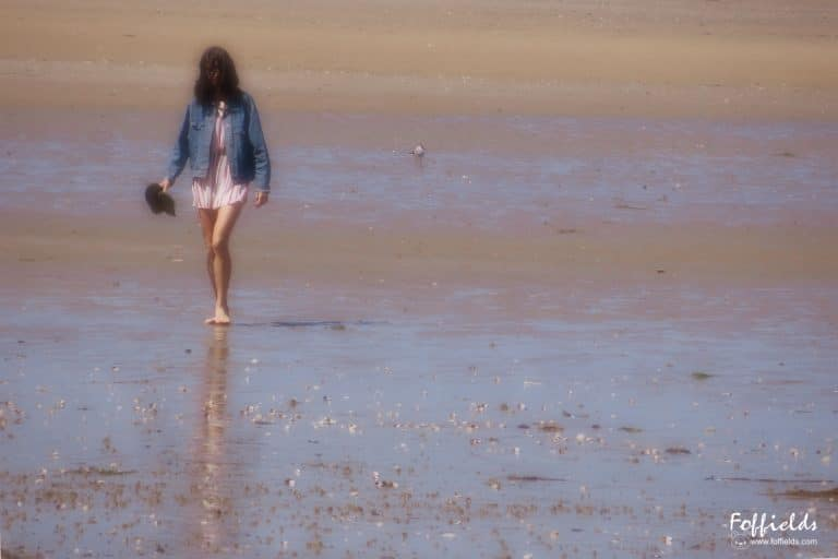 Jeune fille sur la plage de Tournemine à PORDIC